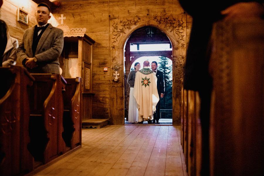ślub w drewnianym kościele