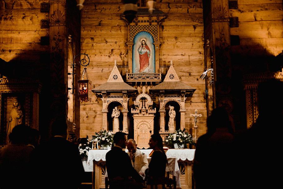 ślub w drewnianym kościele w górach