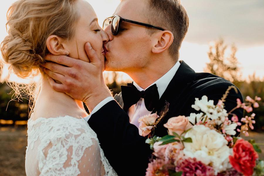 wesele w Miętowych Wzgórzach - pocałunek w trakcie sesji ślubnej