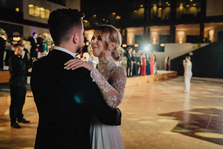 taniec pary młodej podczas eleganckiego wesela w hotelu Arłamów