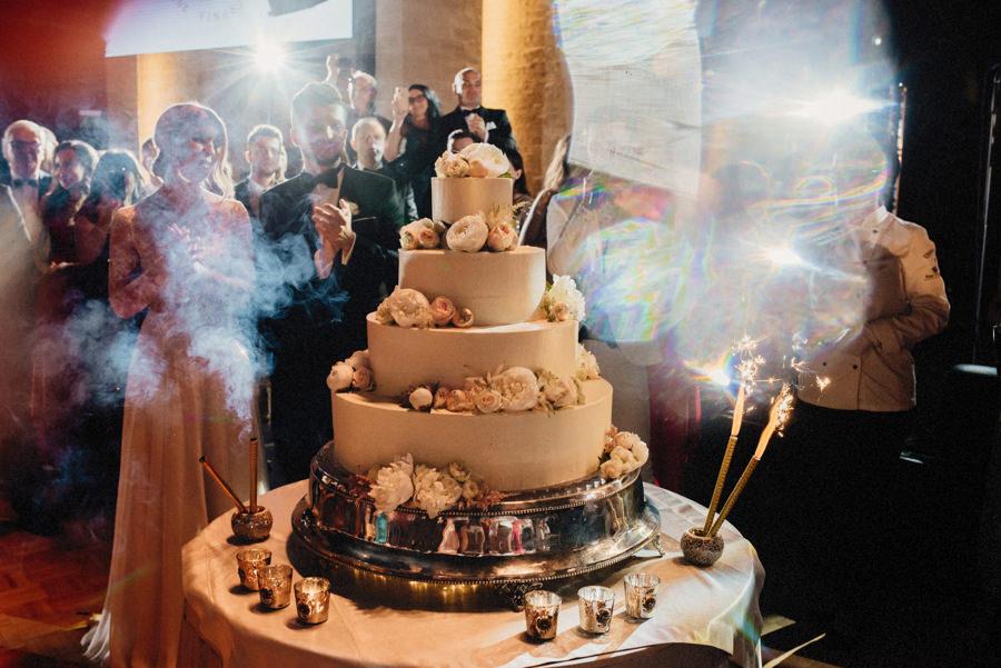 tort ślubny na eleganckim przyjęciu weselnym w hotelu Arłamów