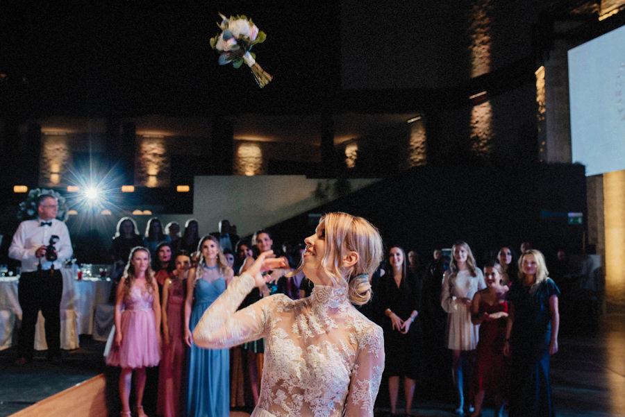 oczepiny - rzut bukietem na przyjęciu weselnym